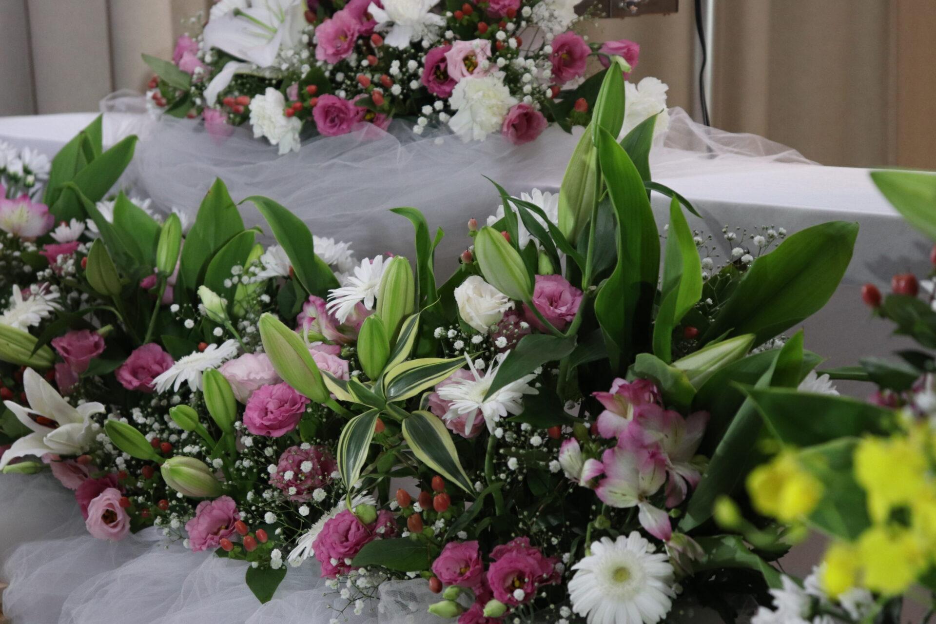 鮮やかな生花に囲まれて